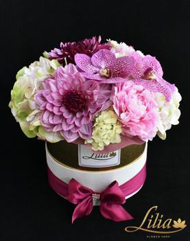 Elegant box with dallia, vanilla and peony.